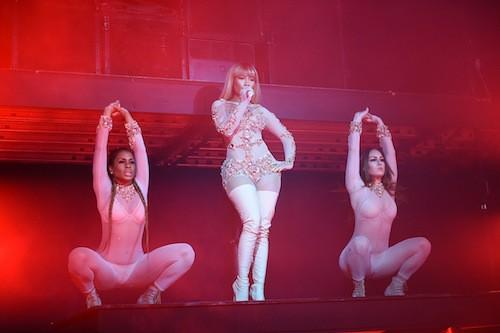 Photos : Nicki Minaj exhibe son décolleté et son gros booty pour Givenchy !