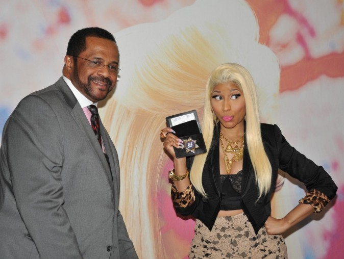 "Le shérif Jewell Williams, et Nicki Minaj en promo pour son nouvel album ""Pink Friday : Roman Reloaded"" à Philadelphie, le 4 avril 2012."