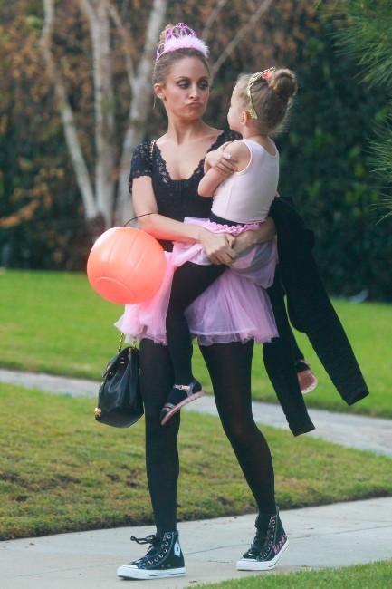 Nicole Richie et sa fille Harlow, Beverly Hills, 31 octobre 2012.