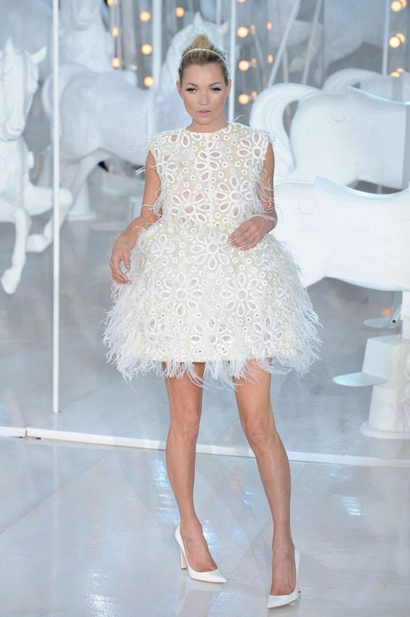 Kate Moss défile pour Louis Vuitton à Paris, le 5 octobre 2011.