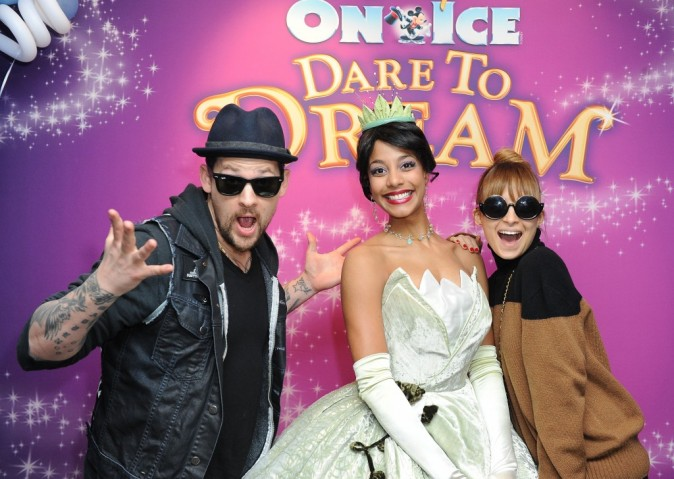 "Nicole Richie et Joel Madden lors du show ""Disney on Ice : Dare to Dream"" à Los Angeles, le 17 décembre 2012."