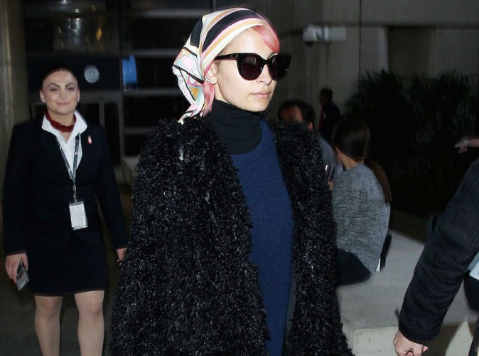 Nicole Richie : look stylé et tête couverte pour rentrer de son voyage à Dubaï !