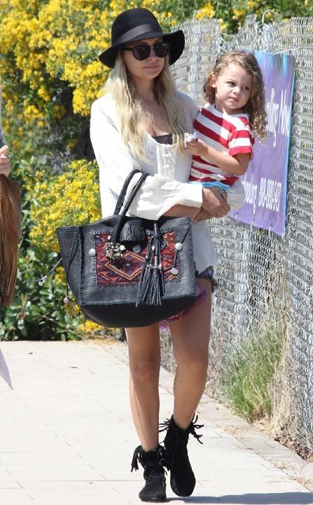 La petite fille a encore le temps avant d'être aussi lookée que sa maman !