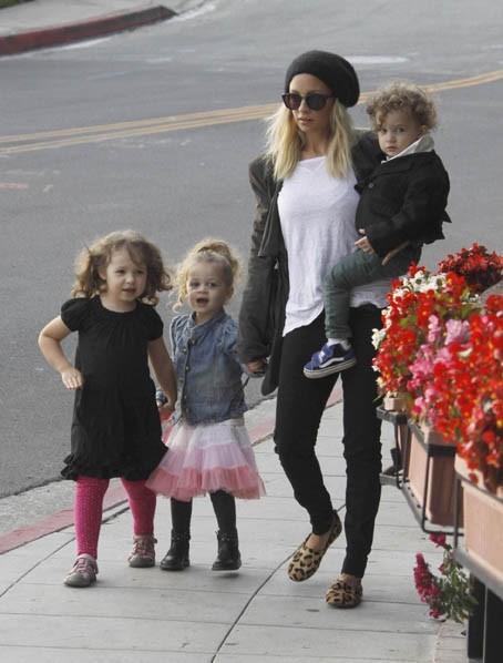 Nicole Richie et ses enfants à West Hollywood, le 24 octobre 2011.