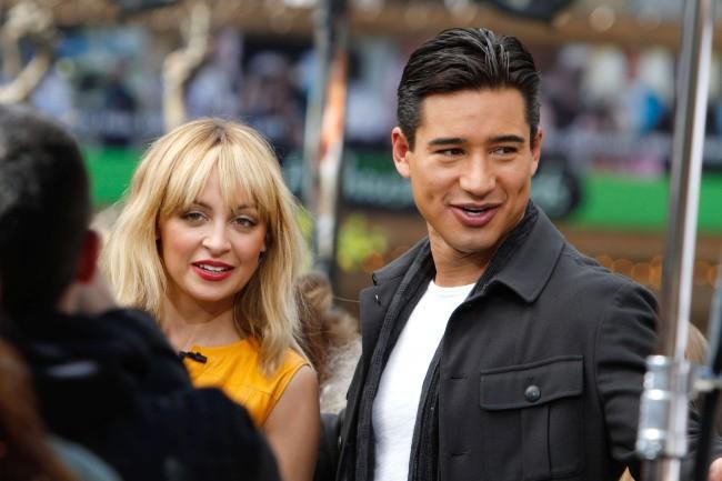 Nicole Richie et Mario Lopez sur le plateau de The Extra Show à Los angeles, le 9 mars 2012.