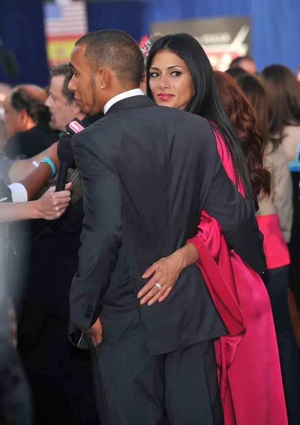 Gare à celles qui voudraient approcher Lewis, Nicole a l'oeil !