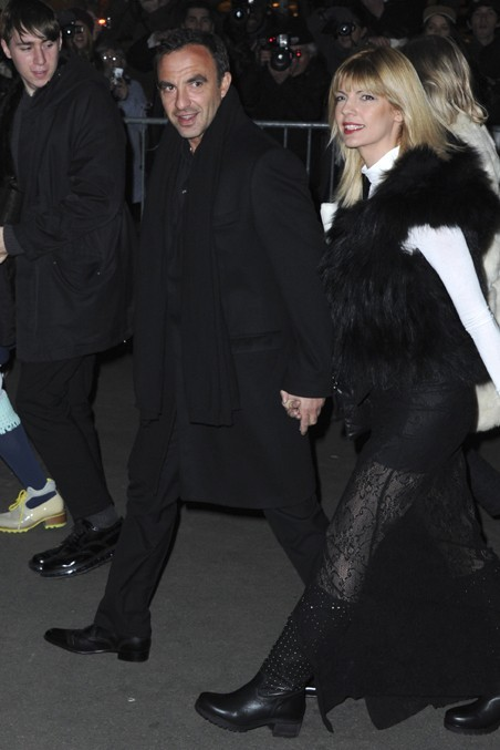 Nikos Aliagas avec sa compagne Tina Grigoriou au défilé Jean-Gaultier, à Paris, le 2 mars 2013