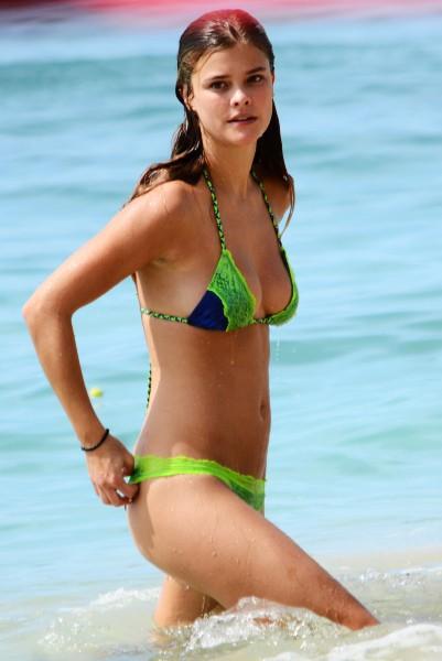 Nina Agdal en vacances à la Barbade, le 27 novembre 2013.