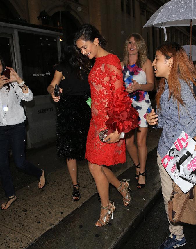 Nina Dobrev dans une robe Marchesa à la Fashion Week