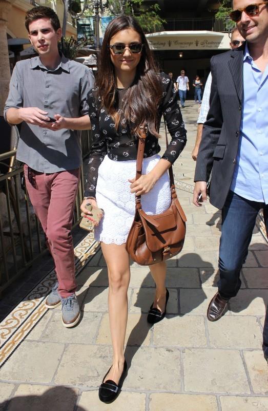 Nina Dobrev quittant le plateau de l'émission Extra à Los Angeles, le 27 septembre 2012.