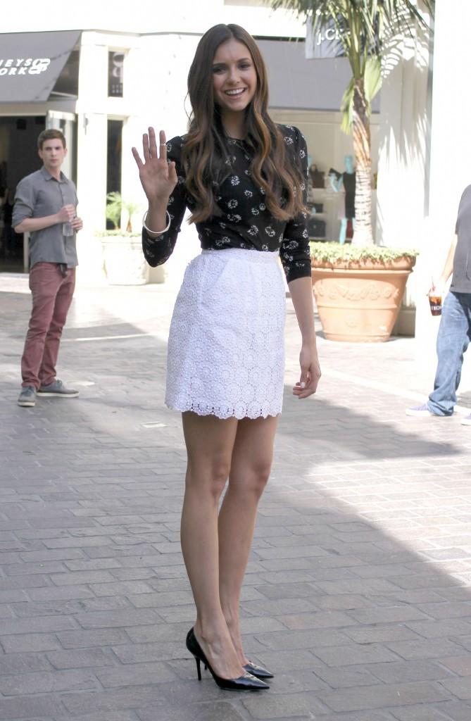 Nina Dobrev se rendant sur le plateau de l'émission Extra à Los Angeles, le 27 septembre 2012.