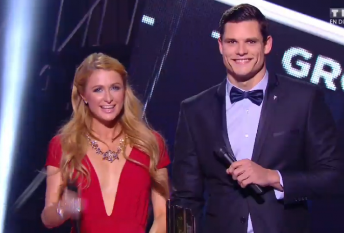 Paris Hilton et Flaurent Manaudou remettent aux One D l'Award du groupe international de l'année