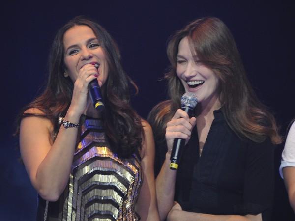 Elisa Tovati et Carla Bruni lors du gala de la Fondation pour la recherche sur Alzheimer au Cirque d'Hiver à Paris, le 25 septembre 2013.