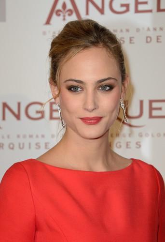Nora Arnezeder à Paris le 16 décembre 2013