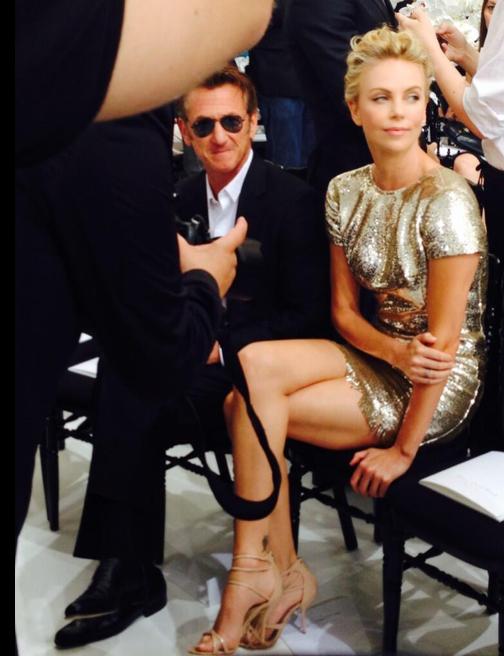 Charlize Theron et Sean Penn au défilé Dior lors de la Fashion Week Haute couture à Paris, le 7 juillet 2014