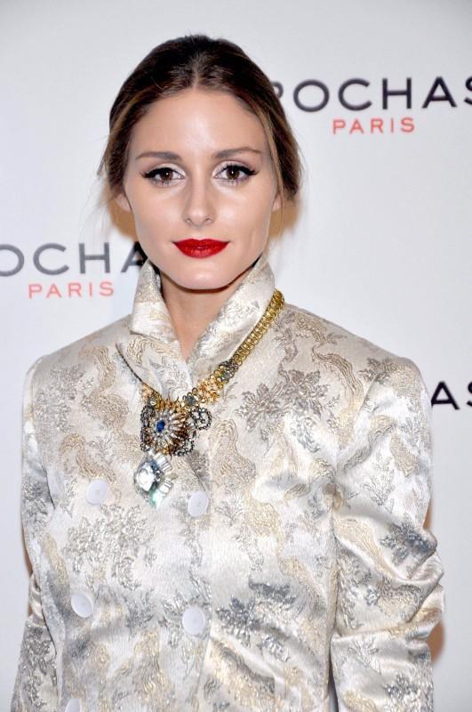 Teint pâle et bouche rouge grenat : l'équation mode d'Olivia Palermo