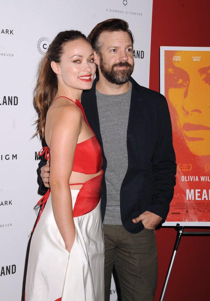 """Olivia Wilde sublime aux côtés de son fiancé Jason Sudeikis à l'avant-première de """"Meadowland"""""""