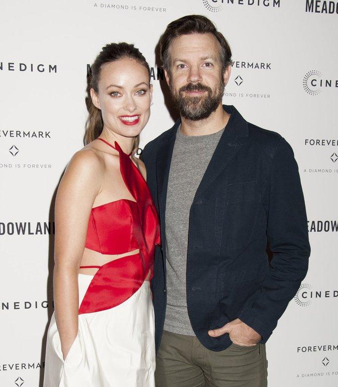 """Photos : Olivia Wilde sublime aux côtés de son fiancé Jason Sudeikis à l'avant-première de """"Meadowland"""""""