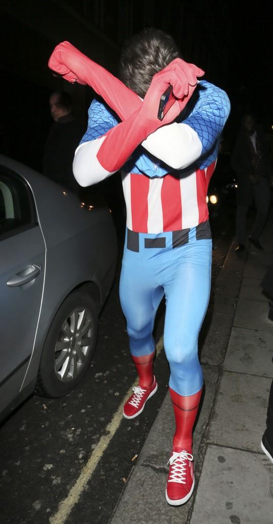 Photos : Olivier Giroud : déguisé en Captain America, le footballeur enchaîne les doigts d'honneur !