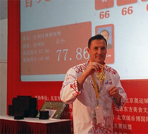Cyril posant fièrement avec sa médaille