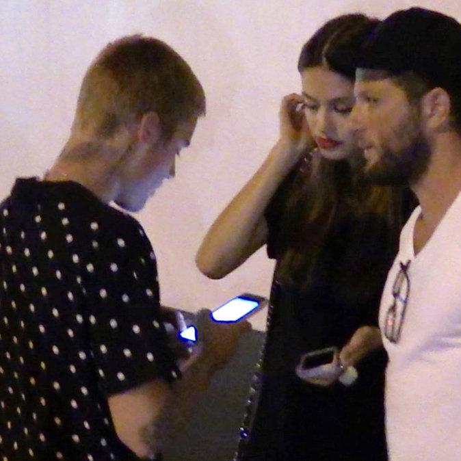Photos : On n'arrête plus Justin Bieber ! Qui est cette nouvelle jeune fille qu'il câline dans la rue ?
