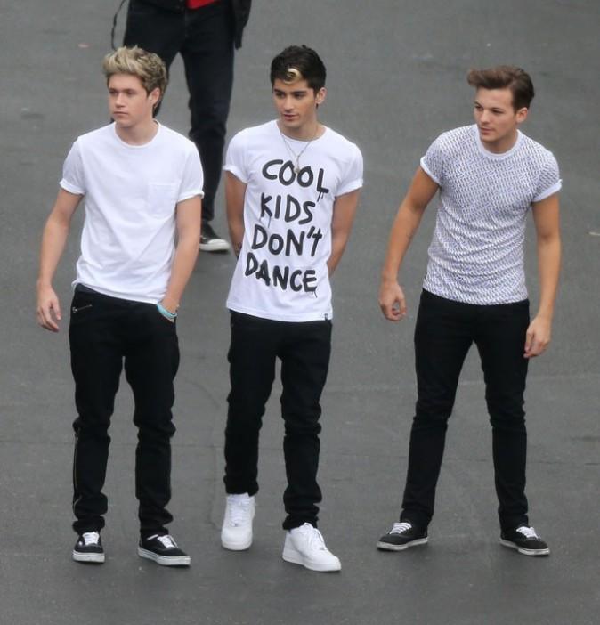 Les One Direction improvisent une partie de foot sur le parking des studios de CBS à Los Angeles le 8 novembre 2012
