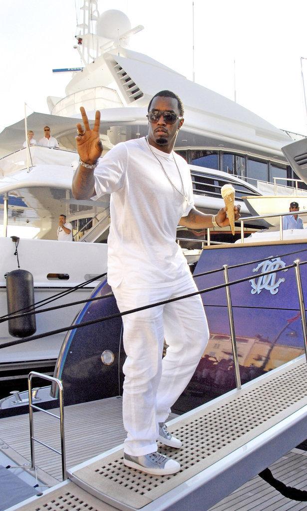 Le milliardaire : Monte sur mon gros yacht