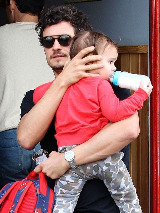 Orlando Bloom avec son fils Flynn à Beverly Hills le 1er février 2013