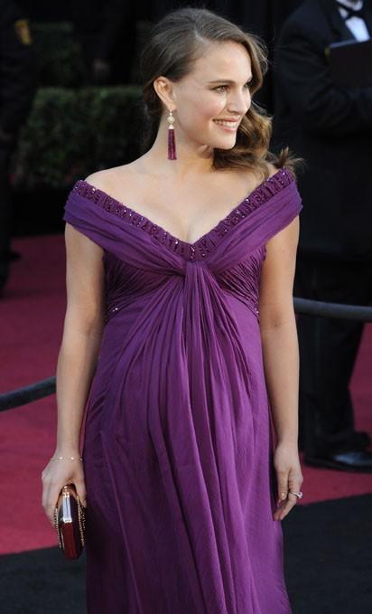 Son ventre rond sublimé dans cette robe violette