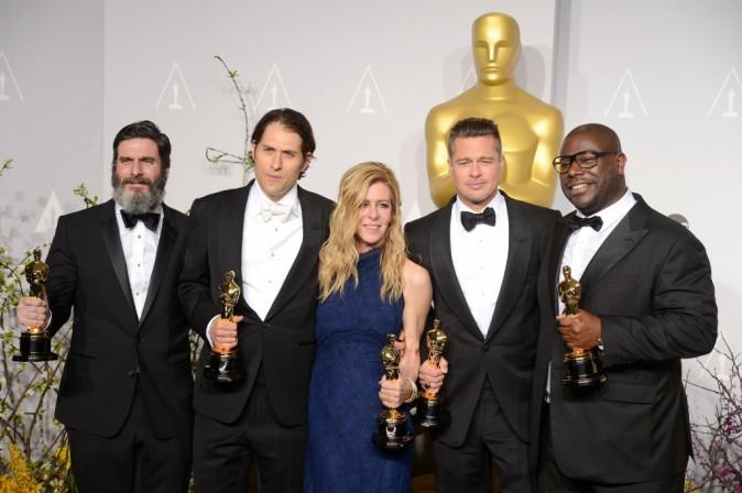 Anthony Katagas, Jeremy Kleiner, Dede Garner, Brad Pitt et Steve McQueen lors de la 86e cérémonie des Oscars à Hollywood, le 2 mars 2014.