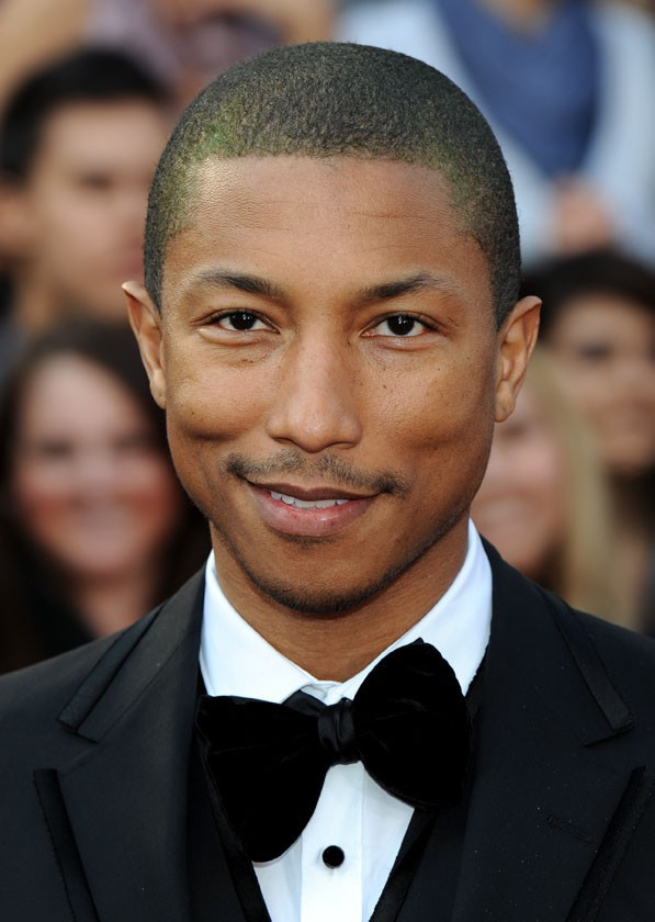 Pharrell Williams sur le tapis rouge des Oscars le 2 mars 2014