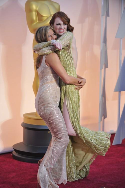 Jennifer Aniston et Emma Stone pendant les Oscars 2015