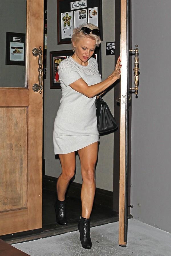 Photos : Pamela Anderson : culotte à l'air à la sortie d'un restaurant californien !