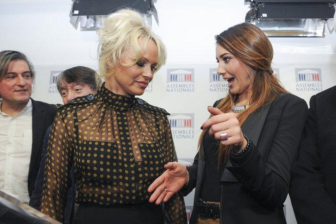 Pamela Anderson et Delphine Wespiser, complices à l'Assemblée nationale