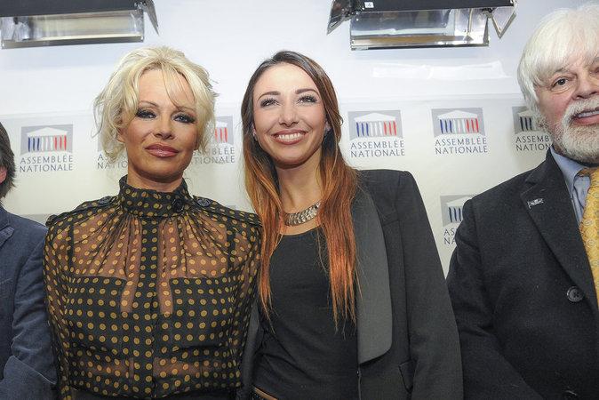 Pamela Anderson et Delphine Wespiser se battent pour les animaux