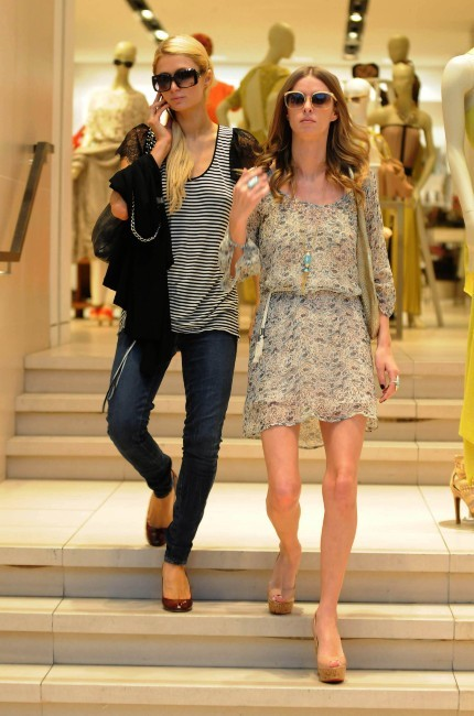 Paris et Nicky Hilton en plein shopping à Beverly Hilss, le 25 janvier 2012.