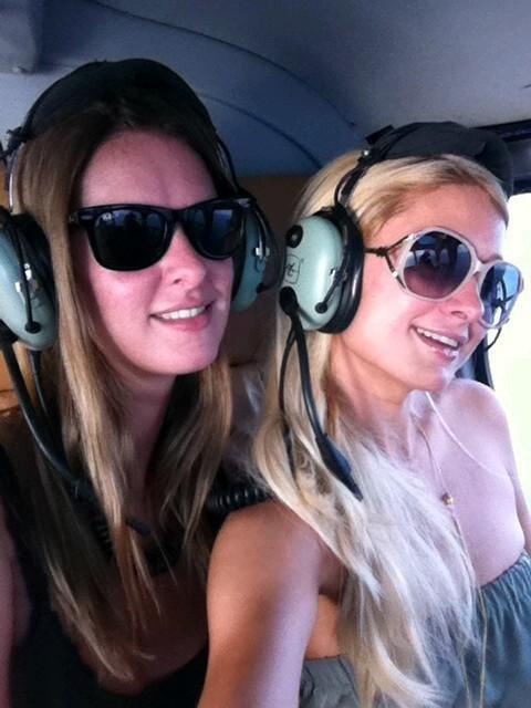 Nicky et Paris débarquent à Saint-Tropez en hélicoptère !