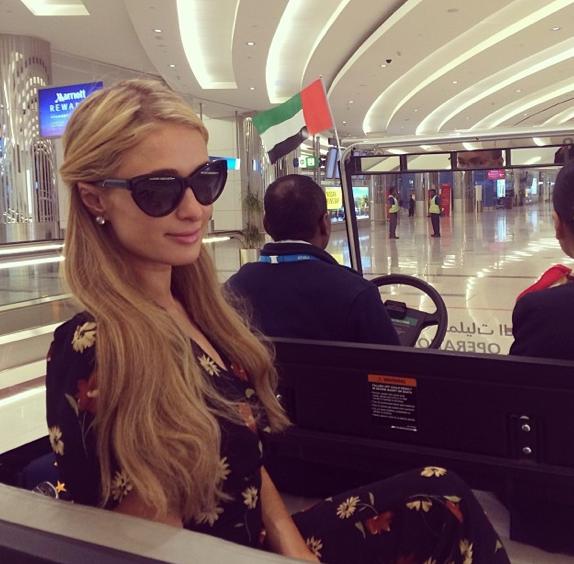 Paris Hilton et son chauffeur personnel dans l'aéroport de Dubaï !