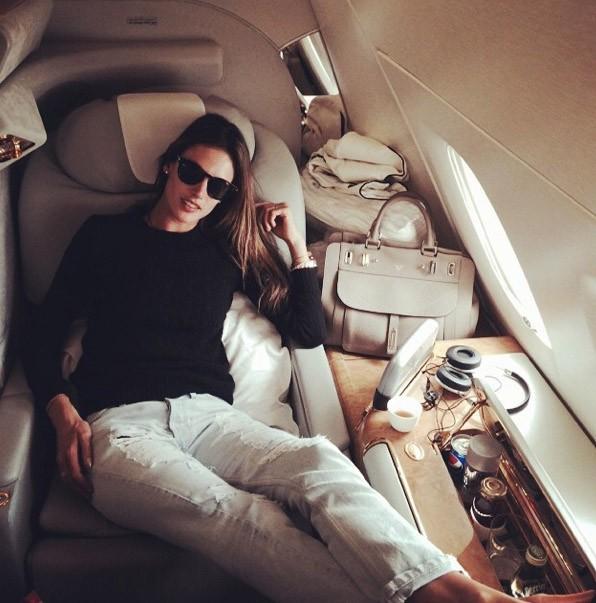 Alessandra Ambrosio confortablement installée !