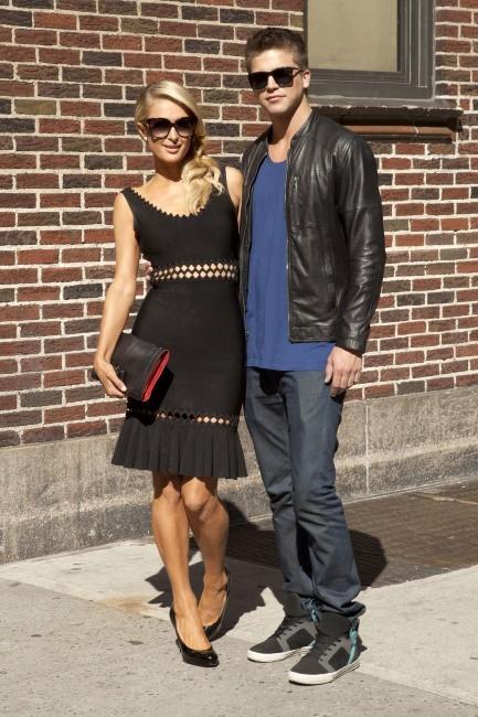 """Paris Hilton et River Viiperi se rendant sur le plateau du """"Late Show with David Letterman"""" à New York, le 2 mai 2013."""