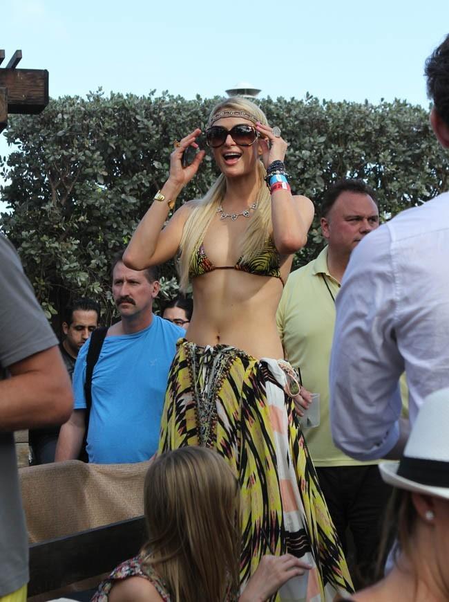 La star rayonne en bikini et pareo assorti !