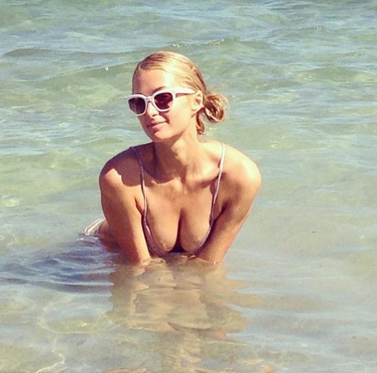 Paris Hilton : elle fait le show sur les réseaux sociaux et exhibe sa poitrine !