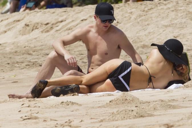 Paris Hilton sur une plage d'Hawaï avec River Viiperi le 28 mai 2013