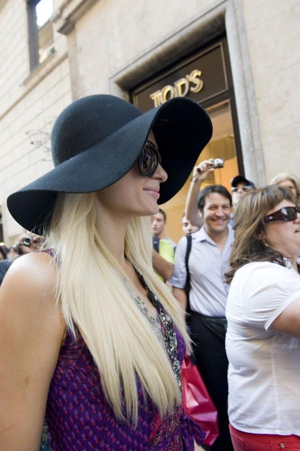 Paris Hilton a ressorti sa capeline !