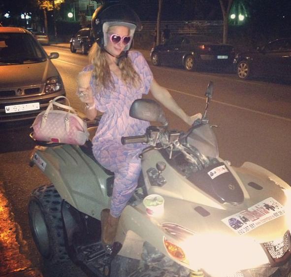 Paris Hilton : plein gaz en quad sur l'île d'Ibiza !