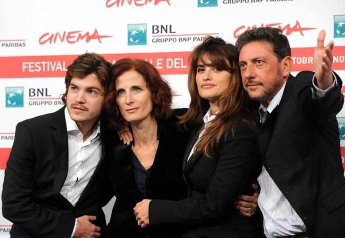 """Emile Hirsch, Magaret Mazzantini, Penelope Cruz et Sergio Castellitto lors de la première du film """"Venir au monde"""" à Rome, le 26 octobre 2011."""