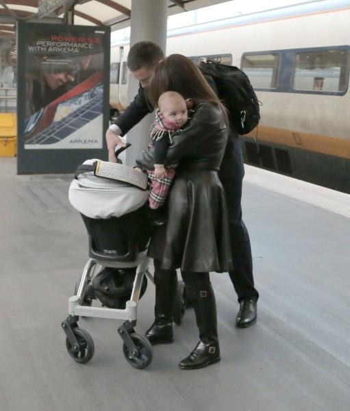 Kourtney Kardashian et sa fille Penelope arrivent à Paris, le 14 novembre 2012.