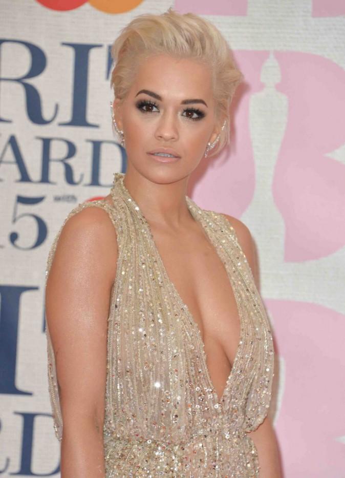 BRIT Awards 2015 : Rita Ora : elle brille de milles feux sur le tapis rouge !