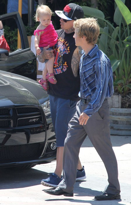 C'est Carey Hart qui porte la petite Willow !