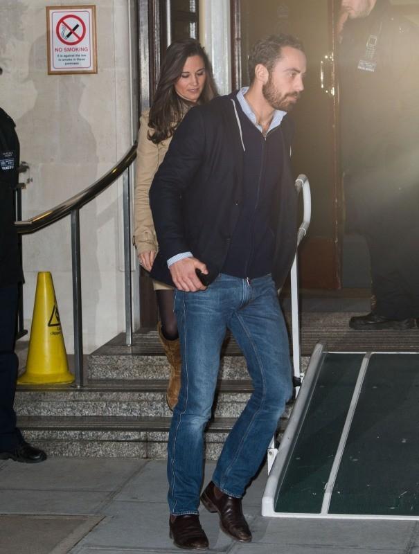 James et Pippa Middelton à la sortie de l'hôpital King Edward VII à Londres, le 5 décembre 2012.